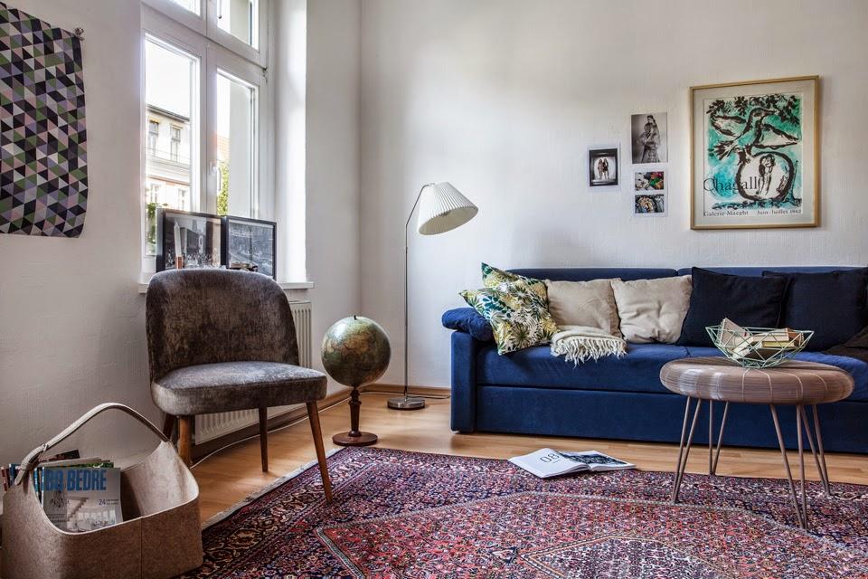 Дизайн светлой гостиной с диваном синего тона