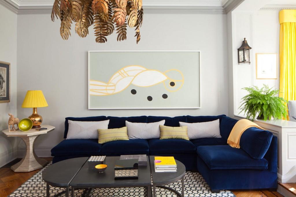 Угловой диван с обивкой синего цвета