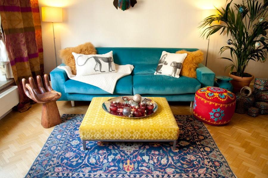 Раскладной диван с обивкой синего цвета