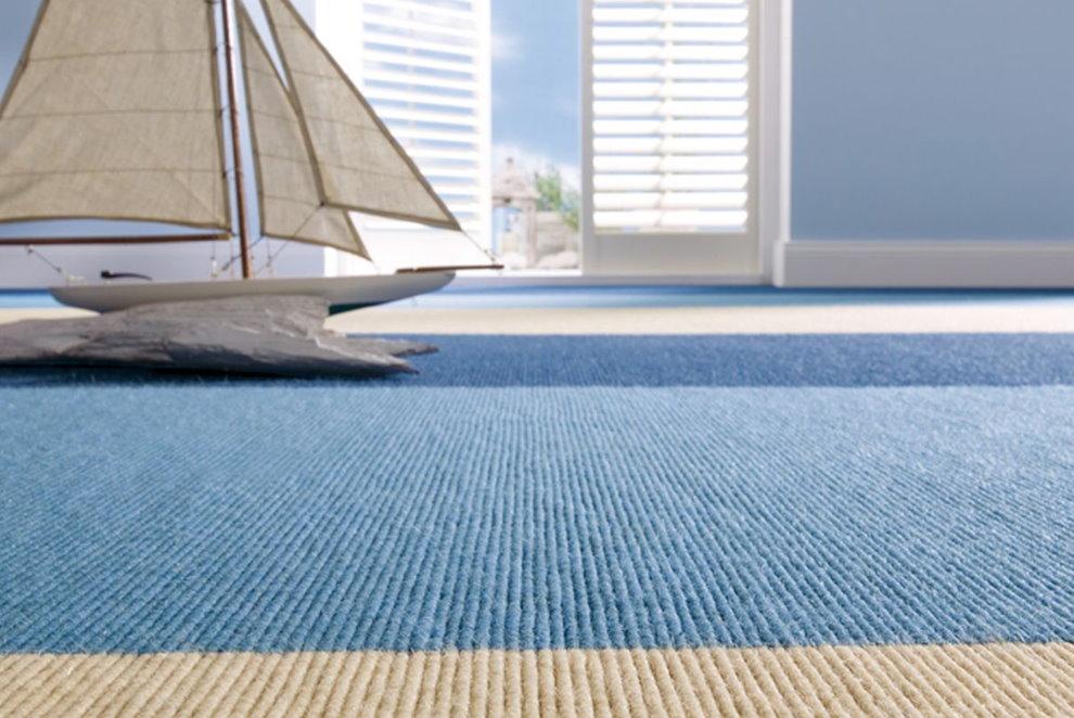 Синие и голубые полосы на ковре в детской