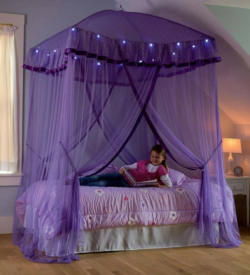 Сиреневый балдахин над кроватью девочки-подростка