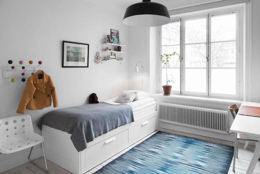 Кровать с выдвижными ящиками в белой комнате