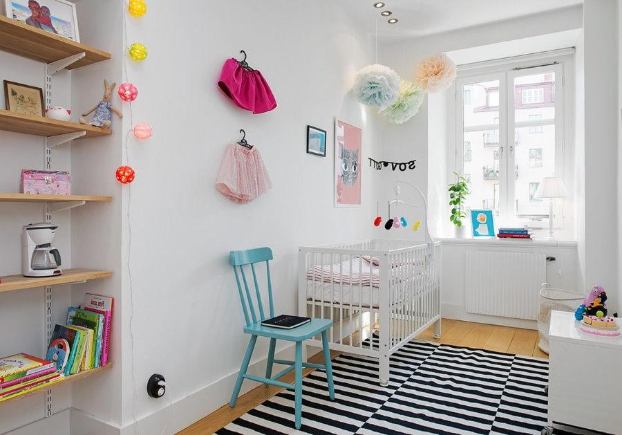 Белые стены комнаты для новорожденного