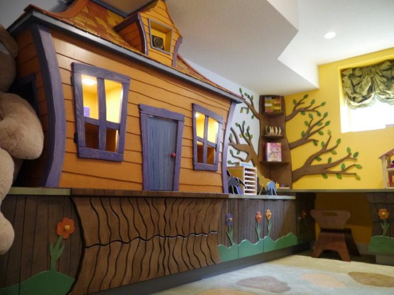 Сказочный домик в детской игровой комнате