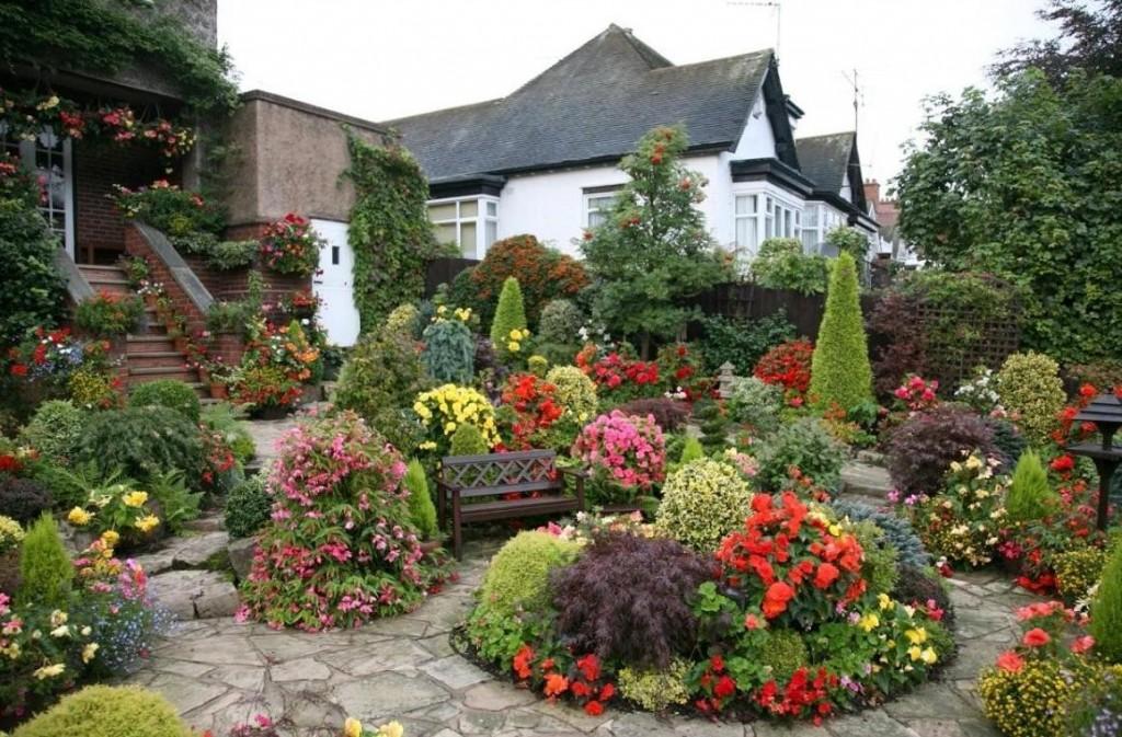 Цветы и кустарники в саду смешанного стиля