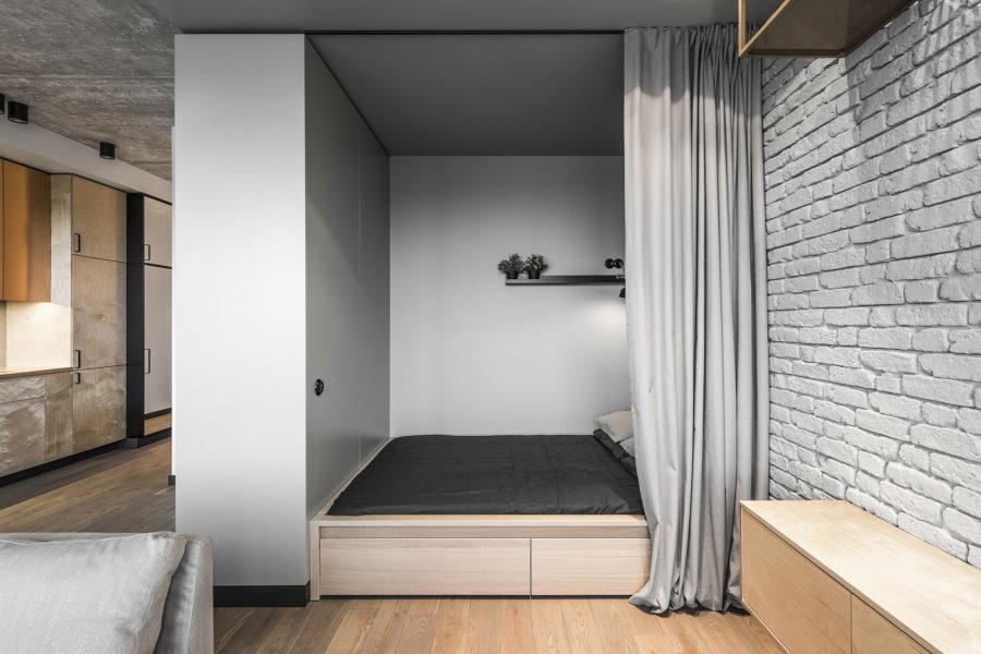 Спальное ложе в нише за встроенным шкафом