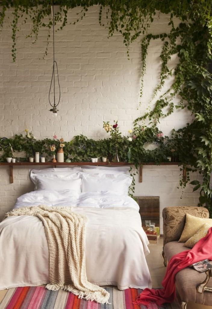 Зеленый растения в спальне стиля бохо