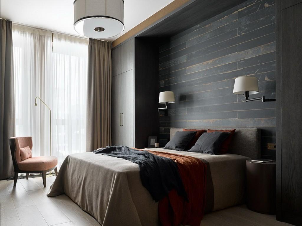 Спальная комната супругов в маленькой квартире