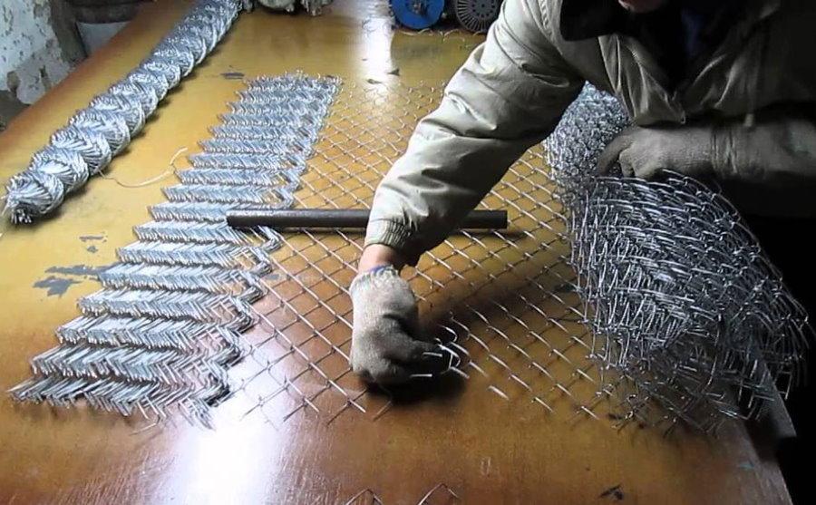 Сращивание рулонов сетки рабицы для забора