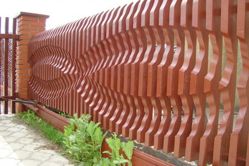 Деревянный забор из фигурного штакетника