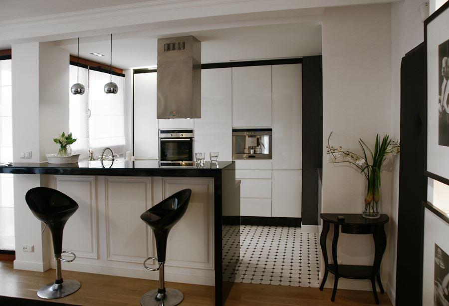 Стойка-перегородка в современной квартире