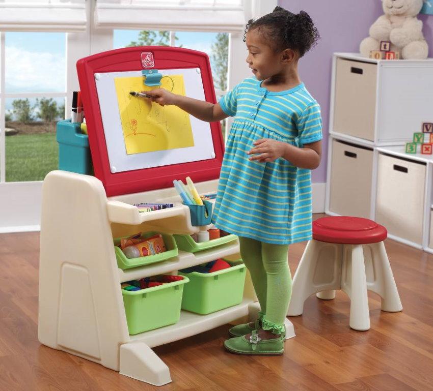 Детский стол-мольберт в комнате девочки