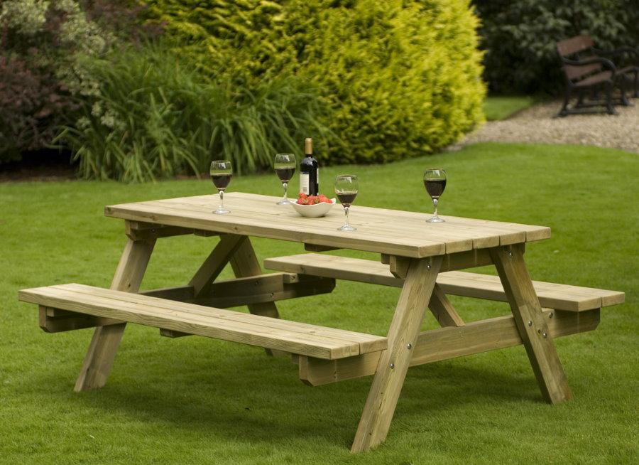 Деревянная мебель для зоны отдыха в саду