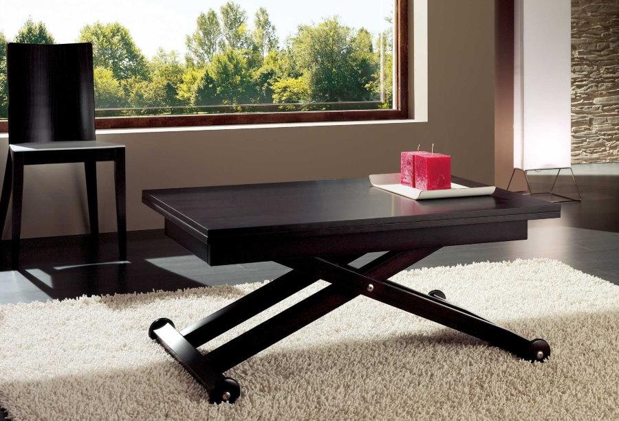 Стол-трансформер на колесиках в гостиной комнате