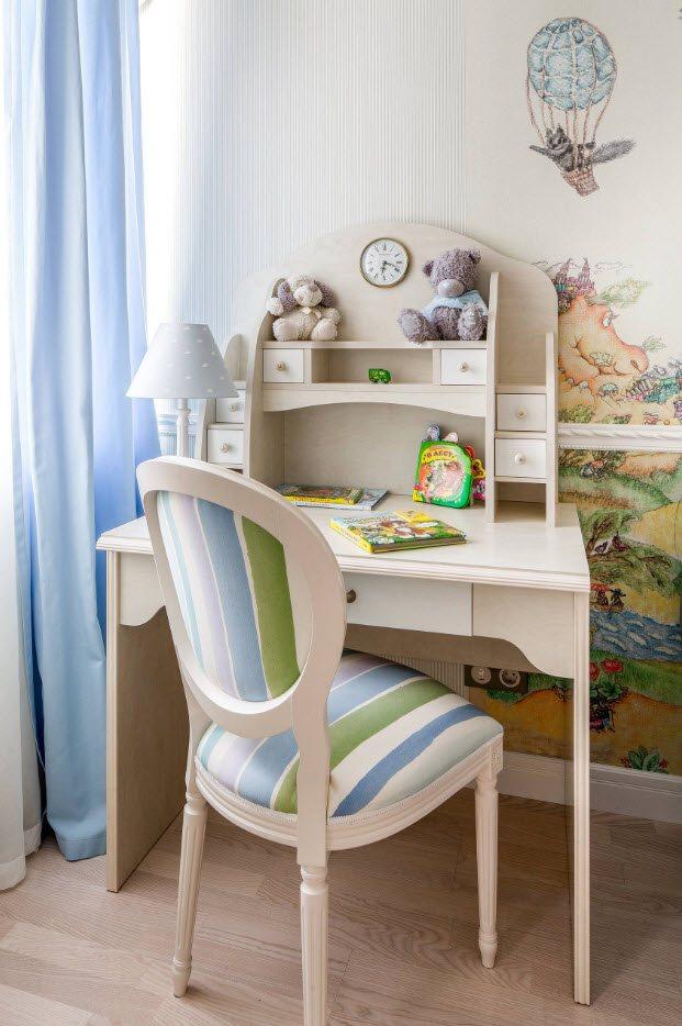 Стол с надставкой в комнате девочки
