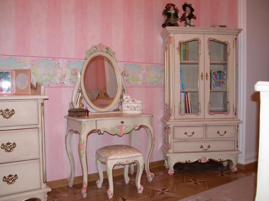Овальное зеркало на туалетном столике