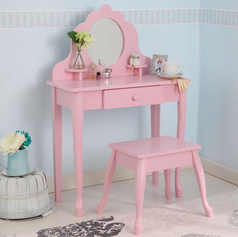 Небольшой столик в комплекте со стульчиком