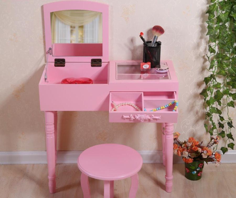 Небольшой косметический столик для девочки дошкольного возраста