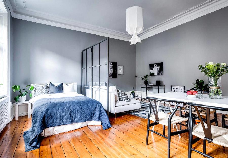 Деревянный пол в небольшой квартире студии