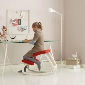 Школьница на детском балансирующем стуле