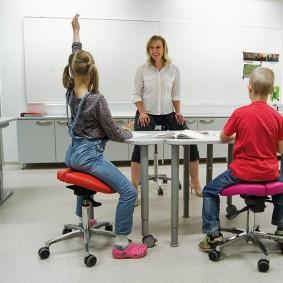 Дети школьного возраста на стульях седлах