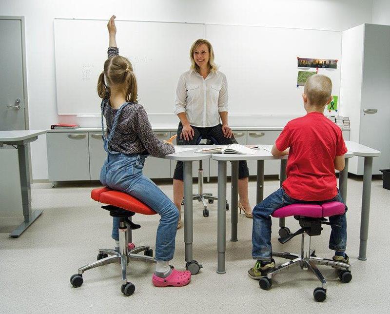 Правильная посадка детей на стульях-седлах