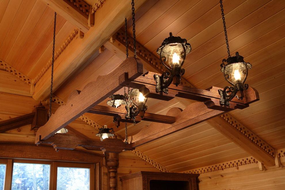 Деревянный светильник на потолке дома из бруса