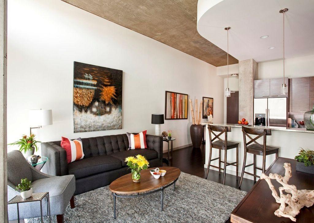 Черный диван в однушке современного стиля