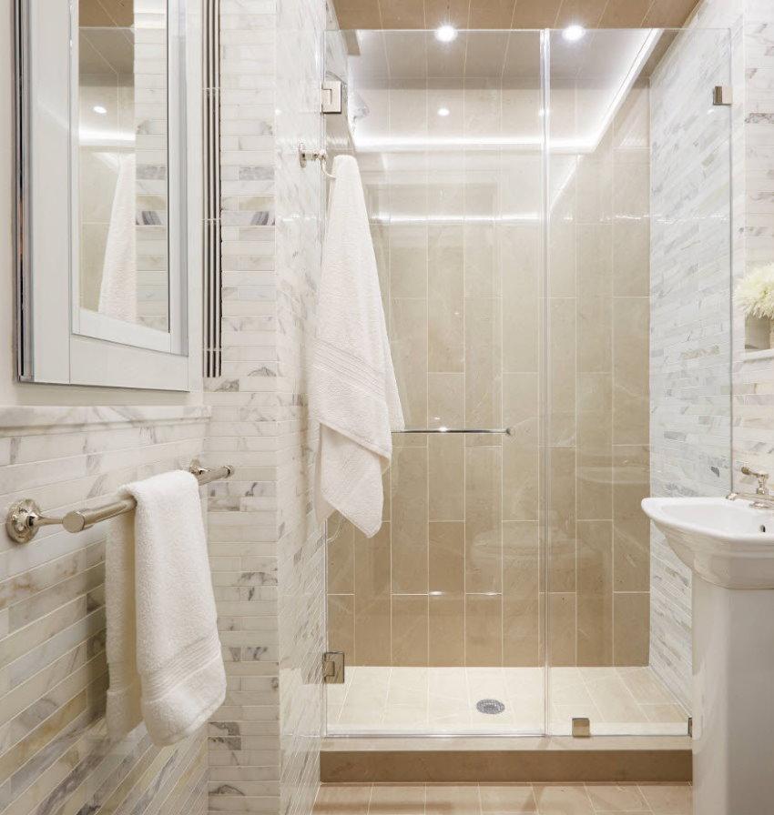 Светлая ванная с ярким освещением