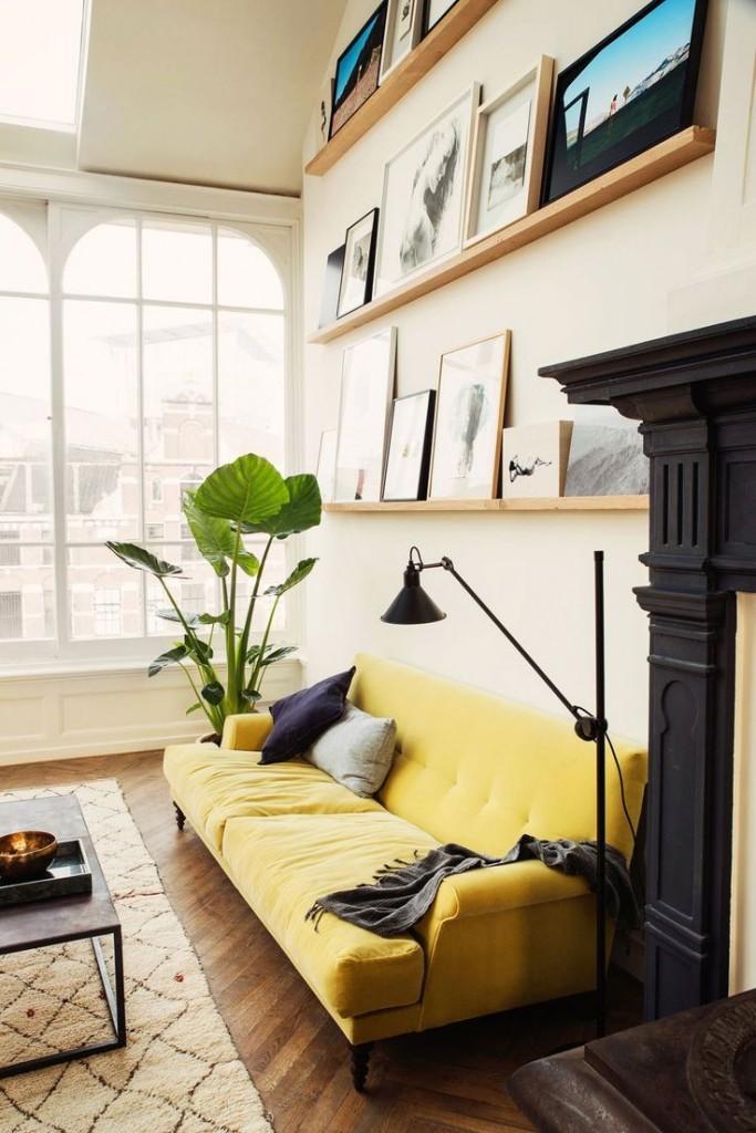 Светло-желтый диван в гостиной частного дома