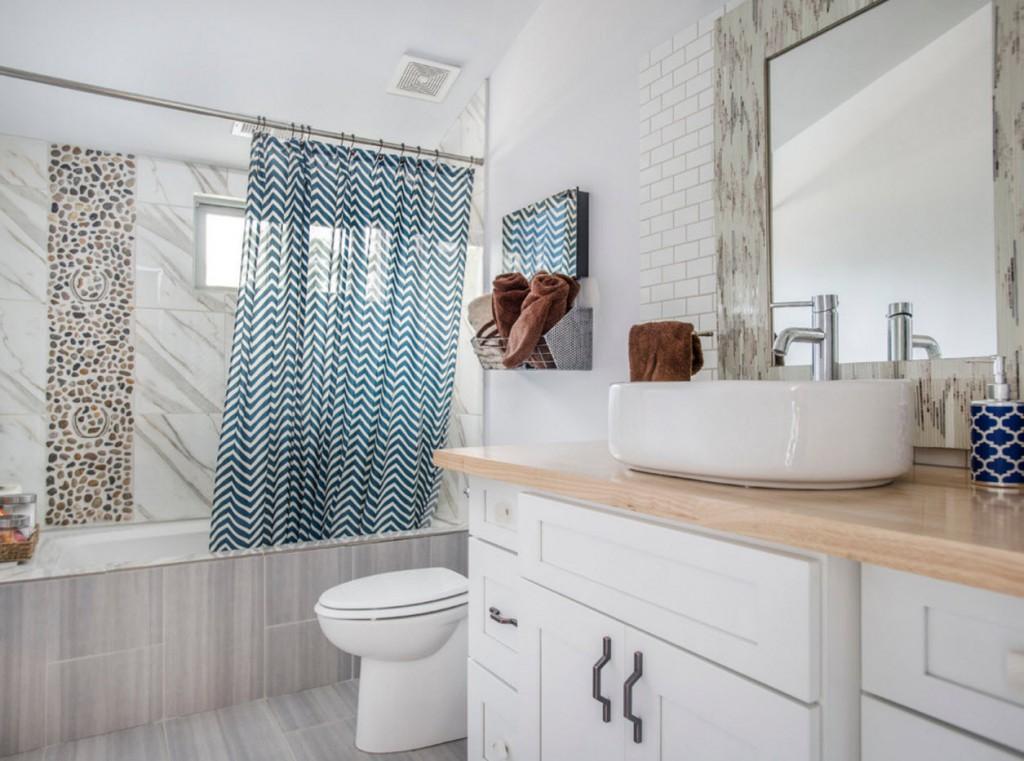 Белая мебель в ванной с небольшим окошком