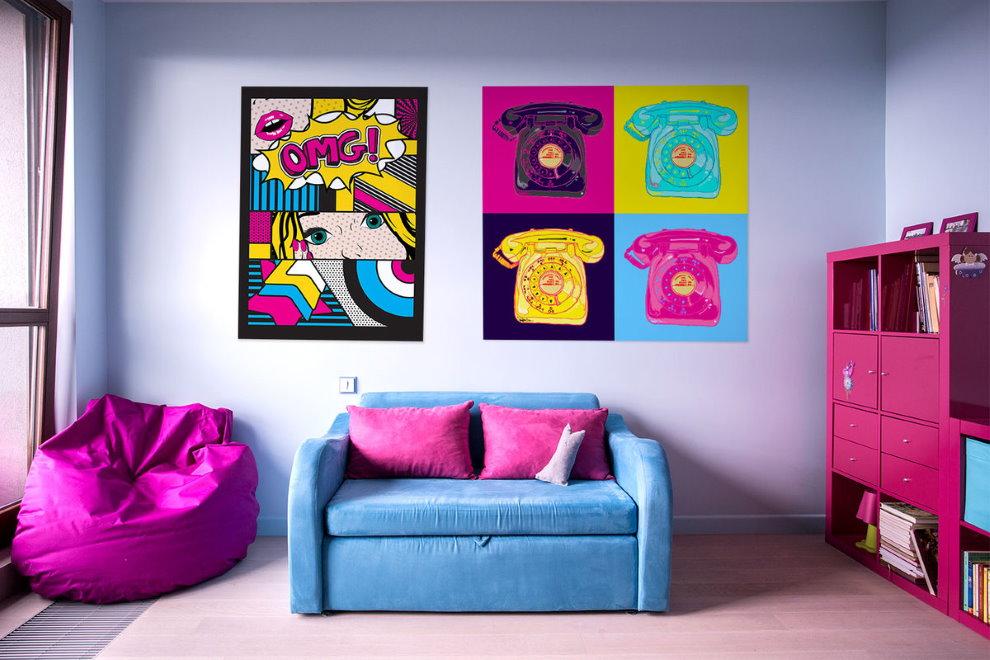 Яркие постеры в комнате девочки