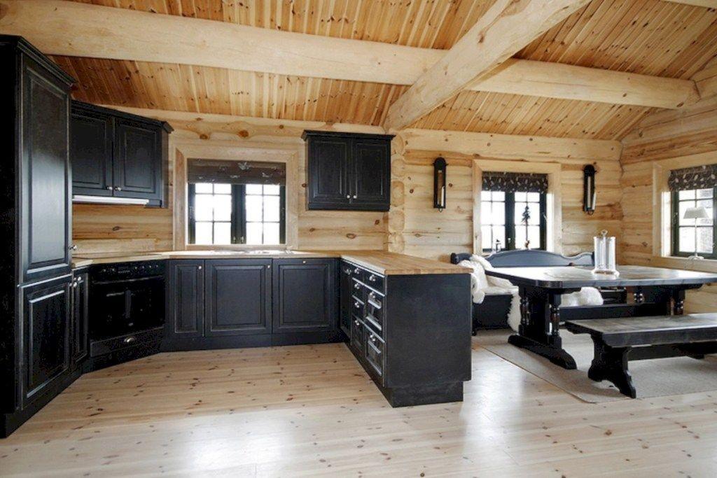 Темная мебель в кухне-гостиной деревянного дома