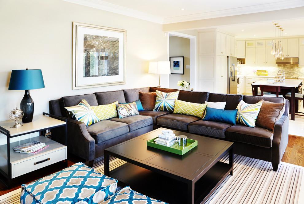 Угловой диван в зале с пастельными стенами