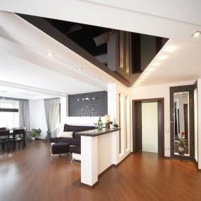 треугольный натяжной потолок в зале