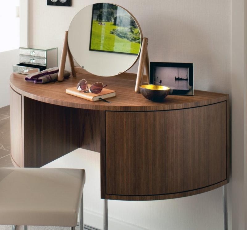 Стильный столик для комнаты девочки-подростка