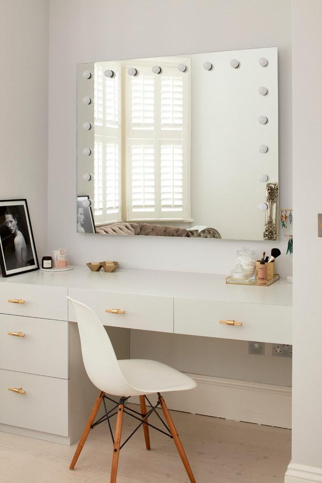 Зеркало с подсветкой над туалетным столиком