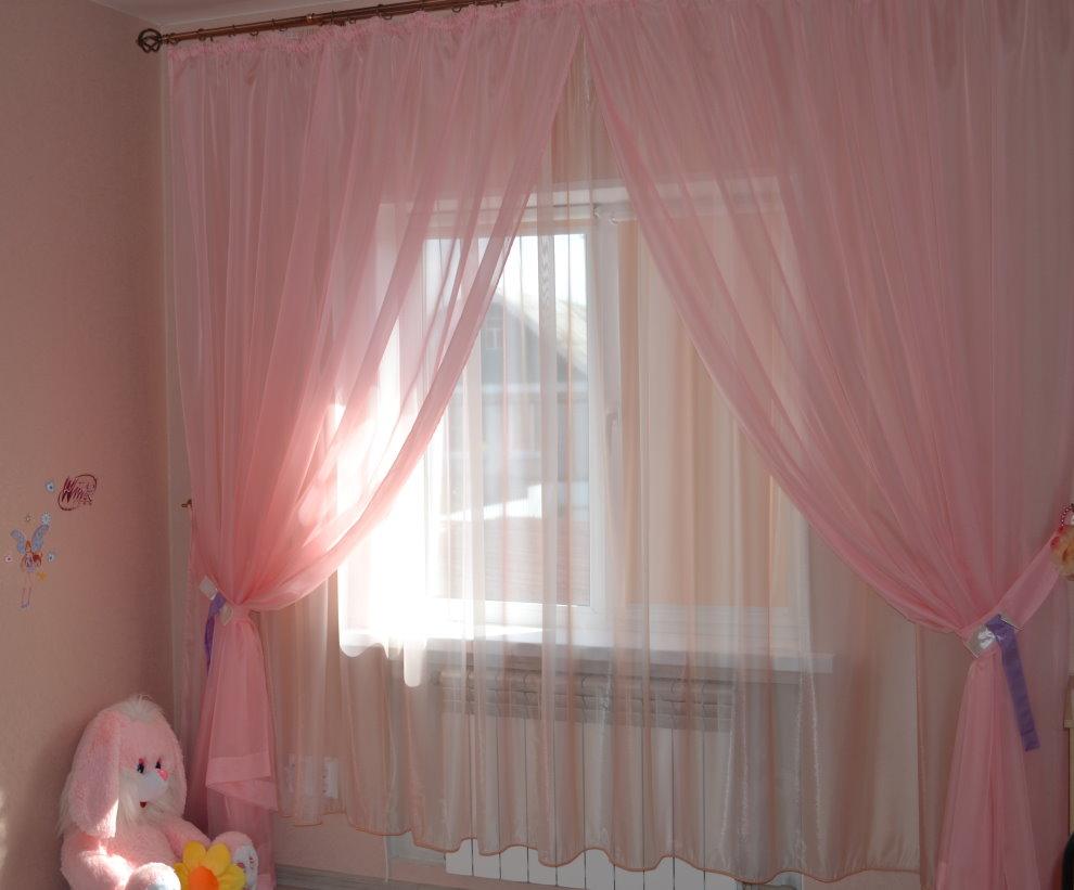 Декорирование окна комнаты для девочки светлым тюлем