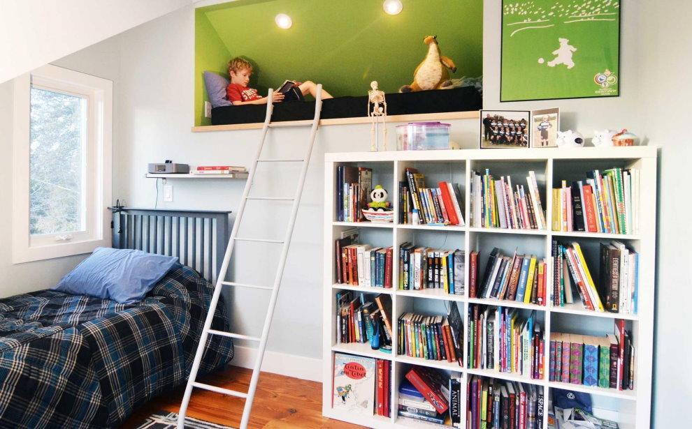 Стеллаж в книгами и учебниками в комнате школьника