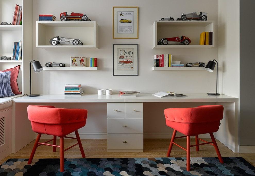 Красные стулья в белой детской комнате