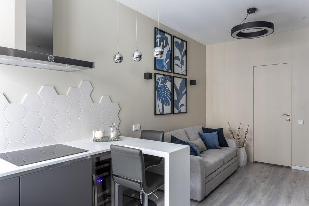 Белая барная стойка углового типа в кухне-гостиной