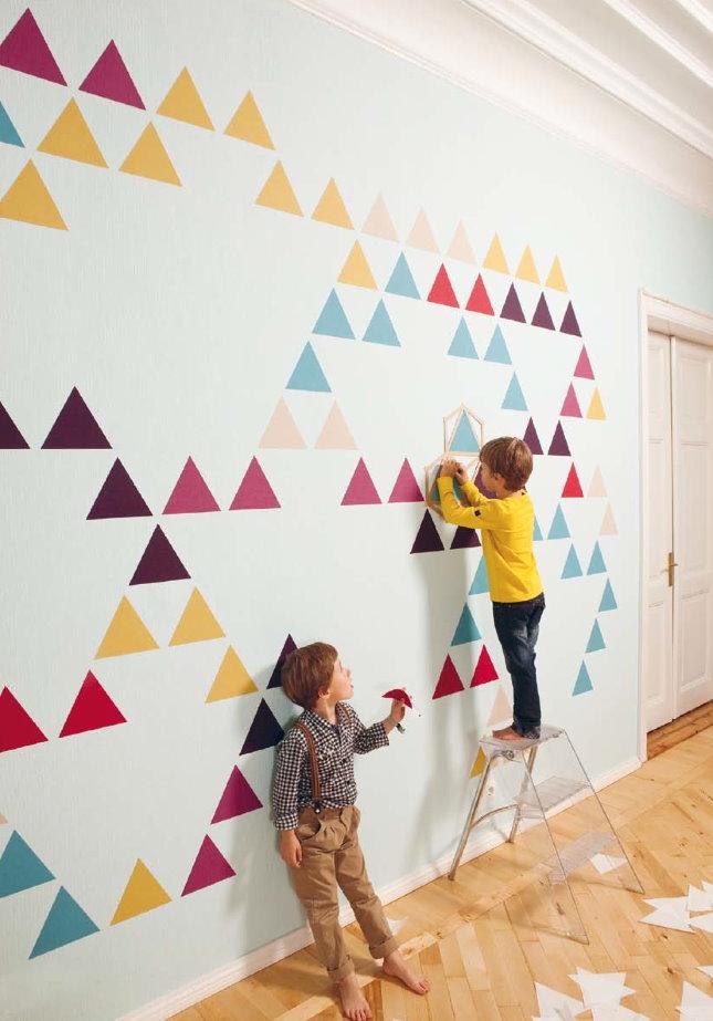 Украшение белой стены детской разноцветными треугольниками