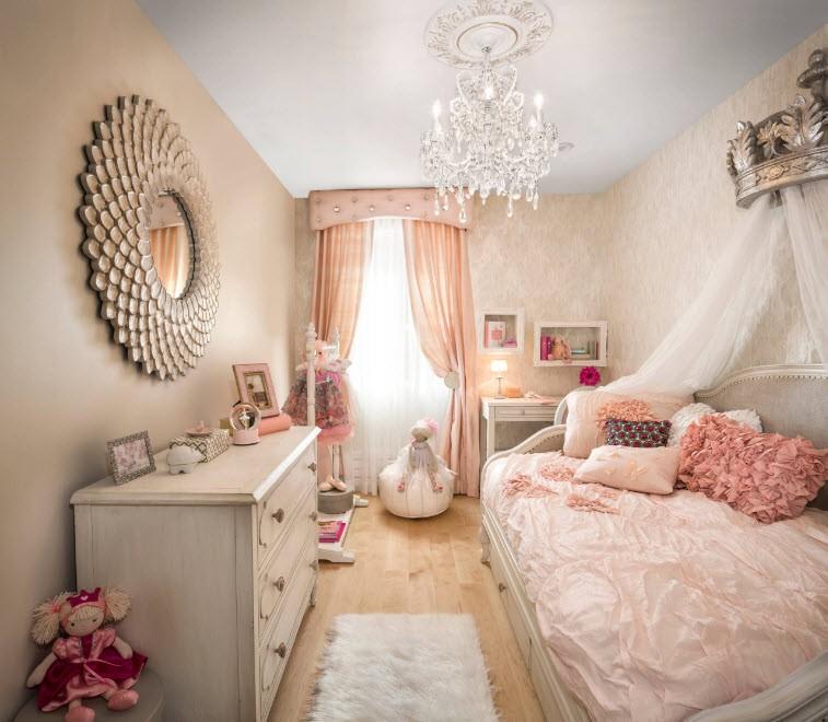 Невысокий комод в спальне маленькой девочки