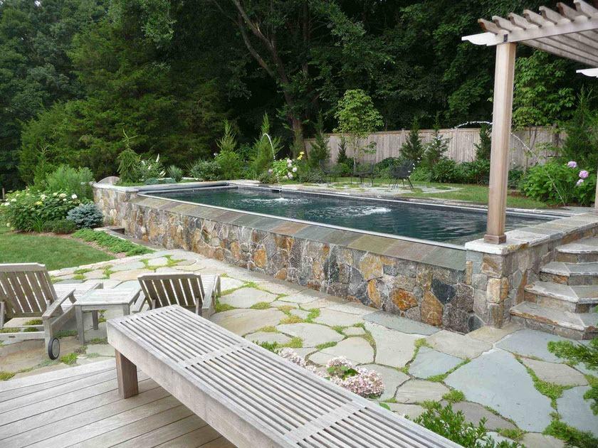 Узкий бассейн с облицовкой природным камнем