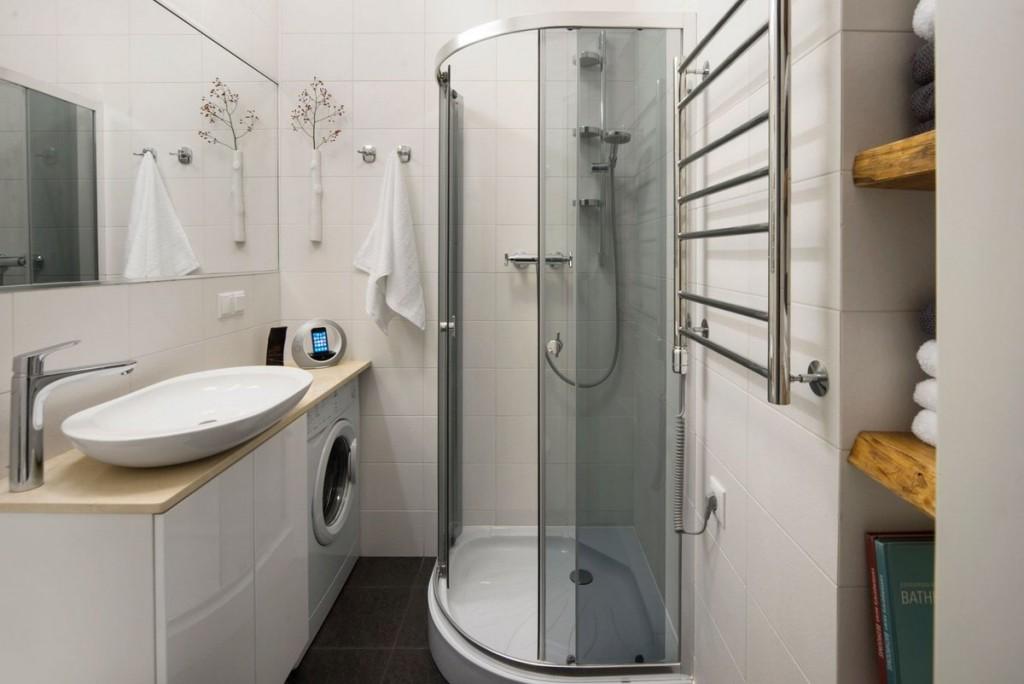 Угловой душ в ванной квартиры студии