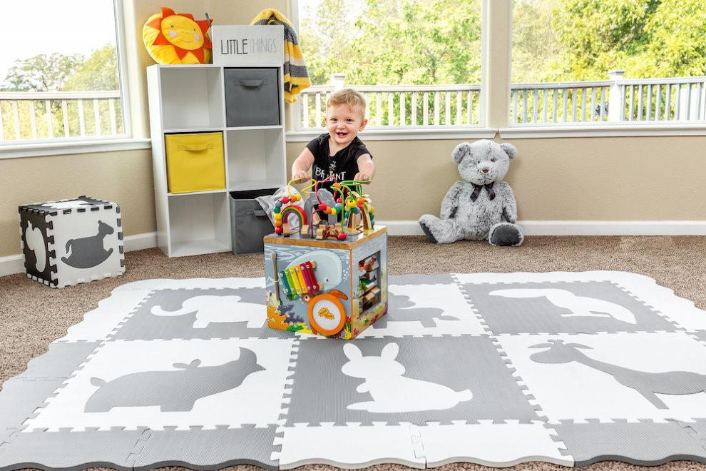 Игровая зона детской комнаты с мягким покрытием