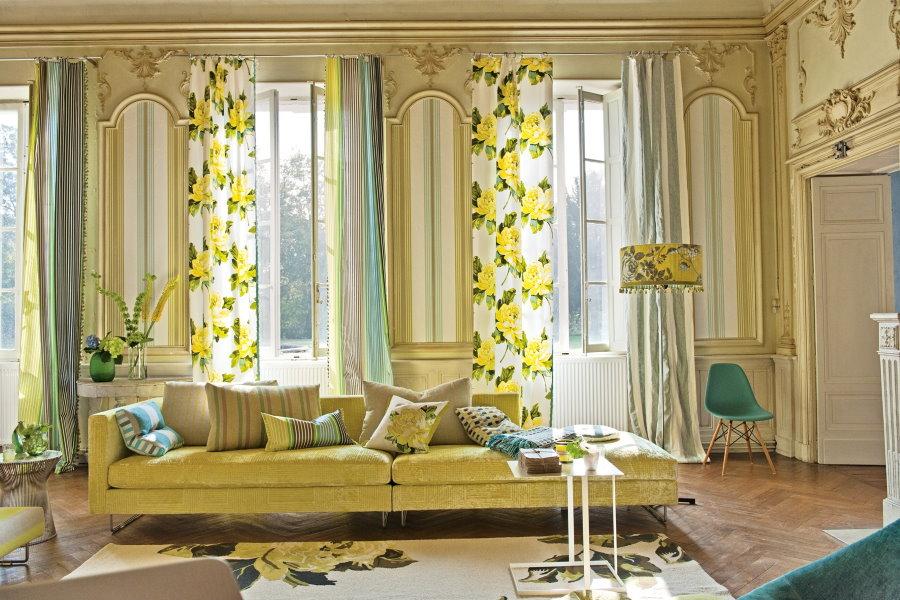 Весенние шторы на окнах гостиной