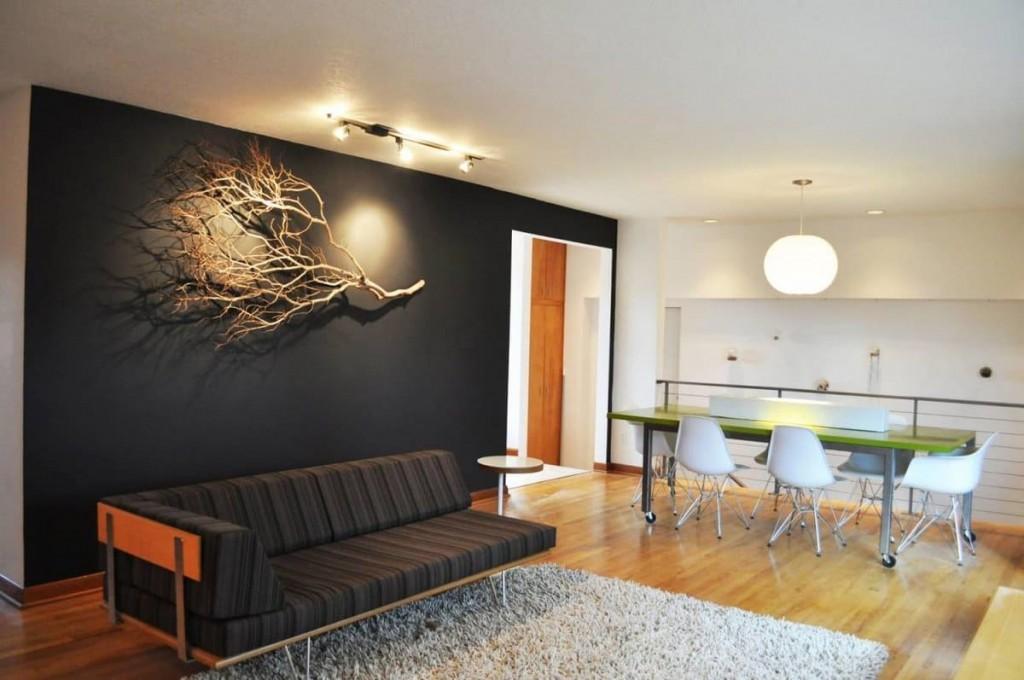 Декор сухой веткой акцентной стены в зале
