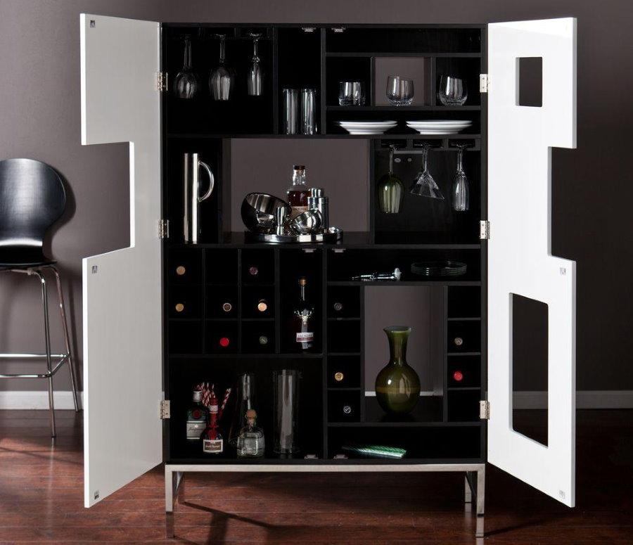 Витрина-бар с бутылками дорого вина