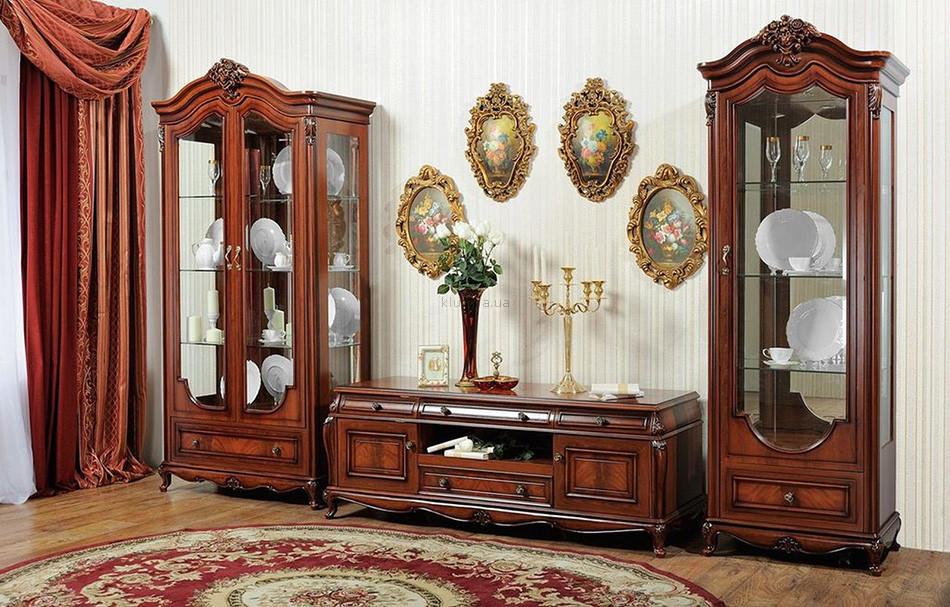 Деревянная витрина с молдингами и стеклянными вставками
